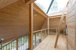 Balcon intérieur - Pyramid-House par VOID-Architecture - Sysma, Finlande © Timo Laaksonen