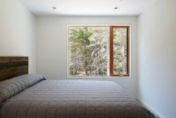 Chambre - Lockeport-Beach-House par Nova Tayona Architects - Nouvelle-Ecosse, Canada © Janet Kimber