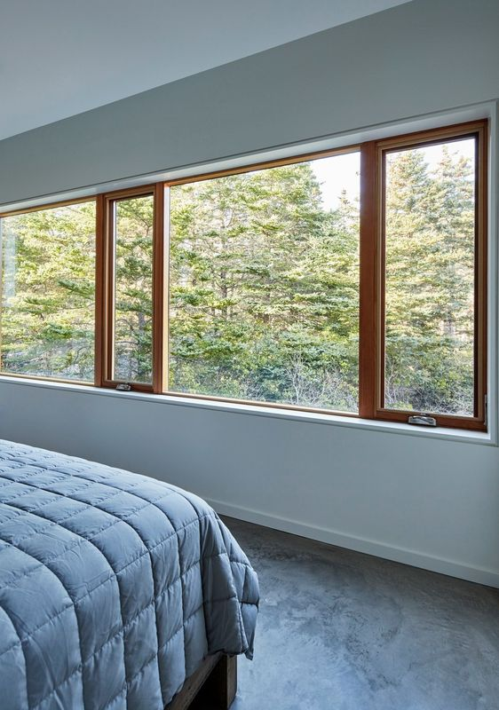 Chambre et grande baie vitrée - Lockeport-Beach-House par Nova Tayona Architects - Nouvelle-Ecosse, Canada © Janet Kimber