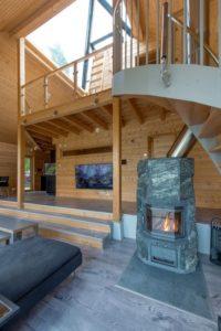 Cheminée bois salon - Pyramid-House par VOID-Architecture - Sysma, Finlande © Timo Laaksonen