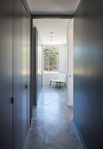 Couloir - Lockeport-Beach-House par Nova Tayona Architects - Nouvelle-Ecosse, Canada © Janet Kimber