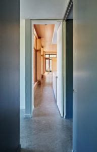 Couloir accès cuisine - Lockeport-Beach-House par Nova Tayona Architects - Nouvelle-Ecosse, Canada © Janet Kimber