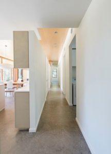 Couloir accès salle séjour et cuisine - Lockeport-Beach-House par Nova Tayona Architects - Nouvelle-Ecosse, Canada © Janet Kimber