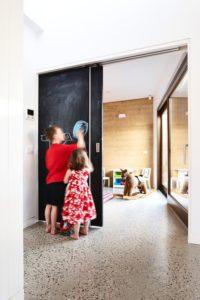 Couloir avec battant coulissant - Hemp House par Steffen Welsch - Melbourne, Australie © Rhiannon Slatter
