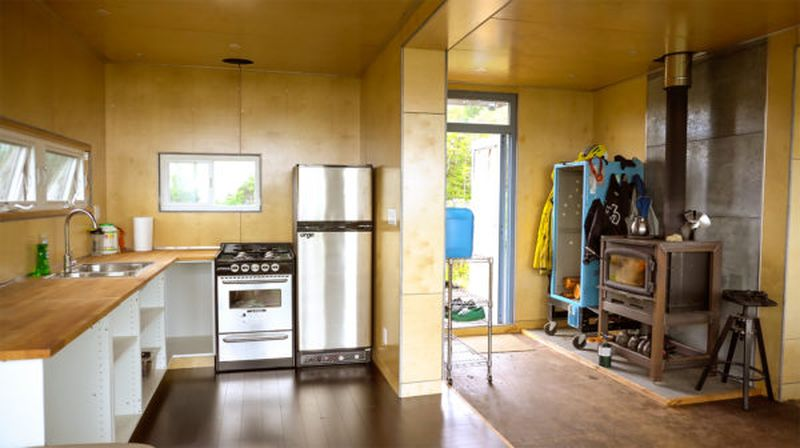 Cuisine et grande espace intérieur - Container-Home par HoneyBox INC - Colombie-Britannique, Canada © Exploring Alternatives