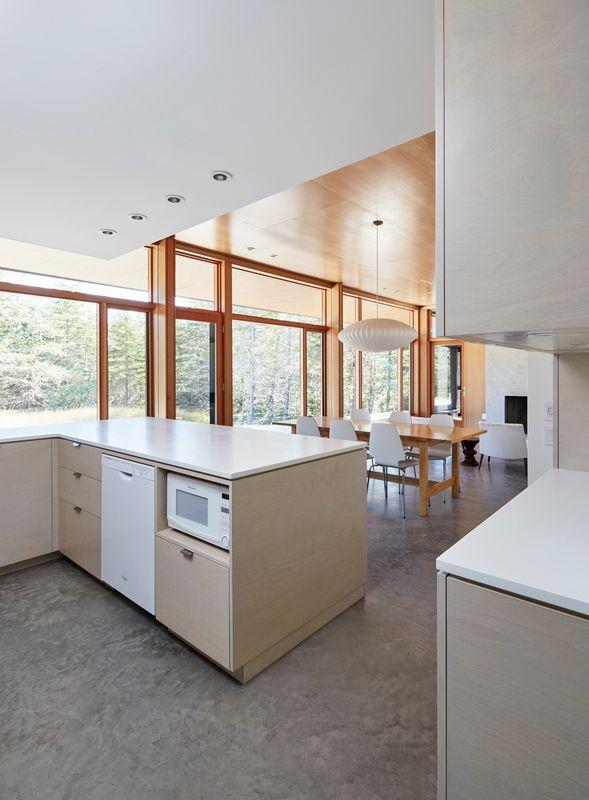 Cuisine et salle séjour - Lockeport-Beach-House par Nova Tayona Architects - Nouvelle-Ecosse, Canada © Janet Kimber