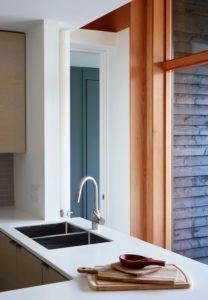 Lavabo - Lockeport-Beach-House par Nova Tayona Architects - Nouvelle-Ecosse, Canada © Janet Kimber