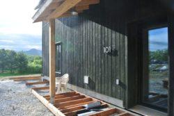 Mise en place terrasse bois - Springhouse par Sarah Cobb - William Murray - Abercorn, Quebec