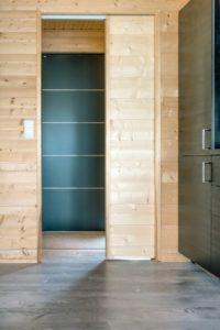 Porte bois coulissante accès salle de bains - Pyramid-House par VOID-Architecture - Sysma, Finlande © Timo Laaksonen