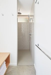 Salle de bains - Lockeport-Beach-House par Nova Tayona Architects - Nouvelle-Ecosse, Canada © Janet Kimber