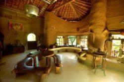 Salle principale avec table et banc - House-Ibicoara par Auwaearth - Ibicoara, Bresil © Auwaearth