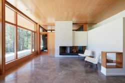 Salon et cheminée - Lockeport-Beach-House par Nova Tayona Architects - Nouvelle-Ecosse, Canada © Janet Kimber