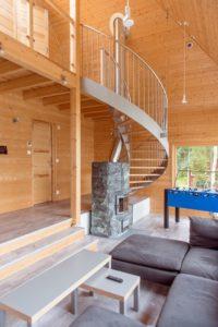 Salon et cheminée bois - Pyramid-House par VOID-Architecture - Sysma, Finlande © Timo Laaksonen