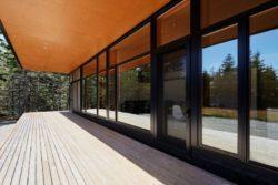 Terrasse bois - Lockeport-Beach-House par Nova Tayona Architects - Nouvelle-Ecosse, Canada © Janet Kimber