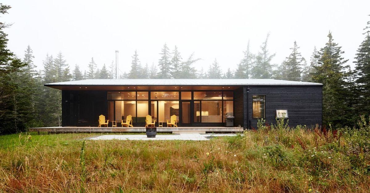 Une discr te maison bois dans une crique de la nouvelle for Maison container green habitat