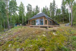Vue d'ensemble - Pyramid-House par VOID-Architecture - Sysma, Finlande © Timo Laaksonen