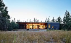 Vue d'ensemble illuminée - Lockeport-Beach-House par Nova Tayona Architects - Nouvelle-Ecosse, Canada © Janet Kimber