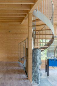 escalier elliptique - Pyramid-House par VOID-Architecture - Sysma, Finlande © Timo Laaksonen