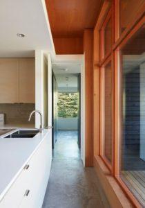 lavabo et couloir - Lockeport-Beach-House par Nova Tayona Architects - Nouvelle-Ecosse, Canada © Janet Kimber