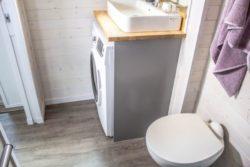 salle de bains - Aurora par Zero Squar Mini salon et TV - Aurora par Zero Squared - Canada © ZeroSquareded - Canada