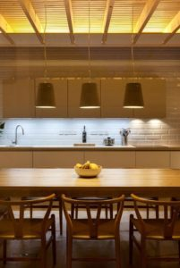 salle séjour illuminée - Charred-Wood par Stephen Kavanagh - Dublin, Irlande © Stephen Kavanagh