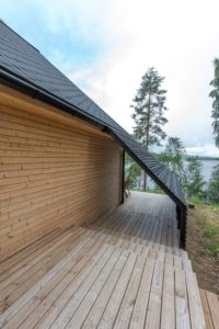 terrasse et extension toiture pyramidale - Pyramid-House par VOID-Architecture - Sysma, Finlande © Timo Laaksonen