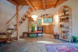 escalier bois - Cob cottage par Cobworks - Canada