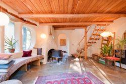 salon et poêle - Cob cottage par Cobworks - Canada