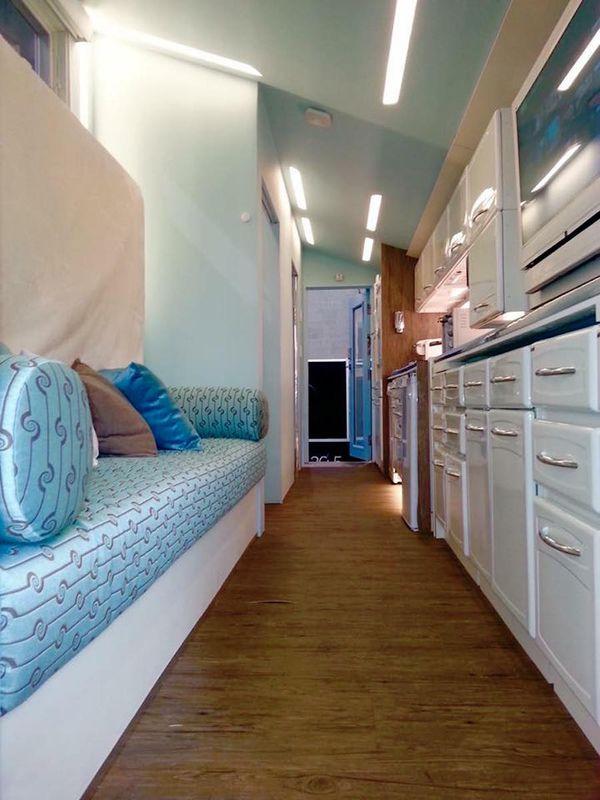 Couloir, rangement meubles et cuisine - Lodge-Tiny-House par Tracey Powell, USA © Tracey Powell