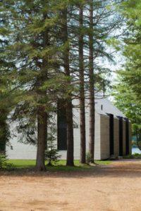 Cour intérieure et arbres - fenetre-lac par YH2 - Quebec, Canada © Francis Pelletier