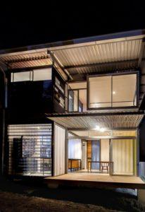 Façade principale illuminée - Franceschi-Container par DAO, Re Arquitectura - Santa Ana, Costa Rica © Adam Baker