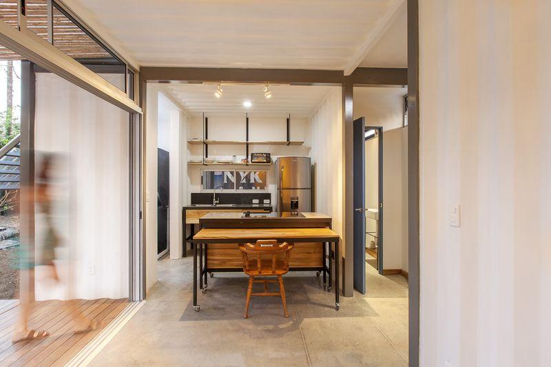 Ilot central de cuisine - Franceschi-Container par DAO, Re Arquitectura - Santa Ana, Costa Rica © Adam Baker