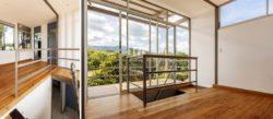 Pièce étage supérieure et sol en bois - Franceschi-Container par DAO, Re Arquitectura - Santa Ana, Costa Rica © Adam Baker