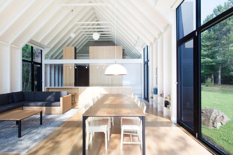 Salon et salle séjour avec grande baie vitrée coulissante - fenetre-lac par YH2 - Quebec, Canada © Francis Pelletier
