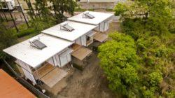 Vue aérienne avec panneau solaire - Franceschi-Container par DAO, Re Arquitectura - Santa Ana, Costa Rica © Adam Baker
