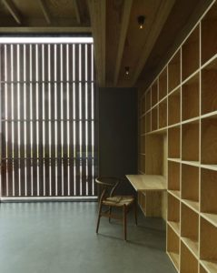 mini espace bureau et porte bois coulissante - House-Drummer par Bornstein Lyckefors - Karna, Suede © Mikael Olsson
