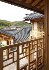 Balcon bois et vue cour intérieure - Su-o-jae par studio-GAON - Jingwan-dong, Coree du Sud © Youngchae Park