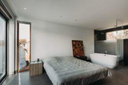Chambre et salle de bains - Haarlem-Shuffle par vanOmmeren-architecten - Haarlem, Pays-Bas © Eva Bloem
