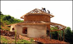 Charpente bois toiture - chalet-eartbag - Ghana © migratingculture