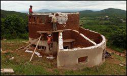 Crépissage deuxième niveau - chalet-eartbag - Ghana © migratingculture