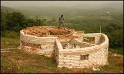 Début charpente - chalet-eartbag - Ghana © migratingculture