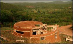 Début crépissage des murs de sacs de sable - chalet-eartbag - Ghana © migratingculture