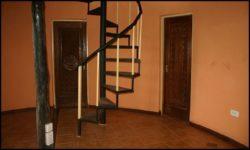Escalier accès deuxième niveau - chalet-eartbag - Ghana © migratingculture