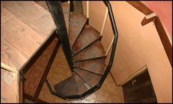 Escalier bois hélicoïdal - chalet-eartbag - Ghana © migratingculture