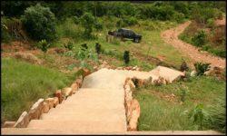 Escalier extérieur et mini jardin - chalet-eartbag - Ghana © migratingculture