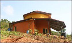 Façade principale achevée - chalet-eartbag - Ghana © migratingculture