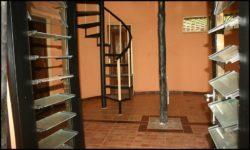 Fenêtres vitrées et escalier accès deuxième niveau - chalet-eartbag - Ghana © migratingculture