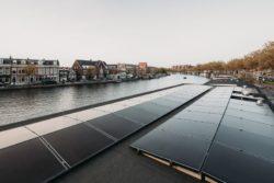 Panneaux solaires toit - Haarlem-Shuffle par vanOmmeren-architecten - Haarlem, Pays-Bas © Eva Bloem