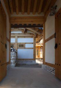 Portes bois entrée - Su-o-jae par studio-GAON - Jingwan-dong, Coree du Sud © Youngchae Park