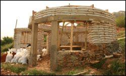 Poteaux en béton et ouvertures - chalet-eartbag - Ghana © migratingculture